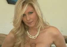 2959 Mature Mom Julia Ann Makes Handjob And Titjob With Young Cock