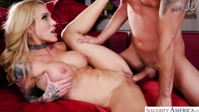 3347 Blonde MILF Sarah Jessie Gets Fuck By Tattooed Guy