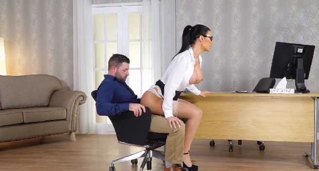 290-Exclusive – British MILF Gives Awesome Blowjob