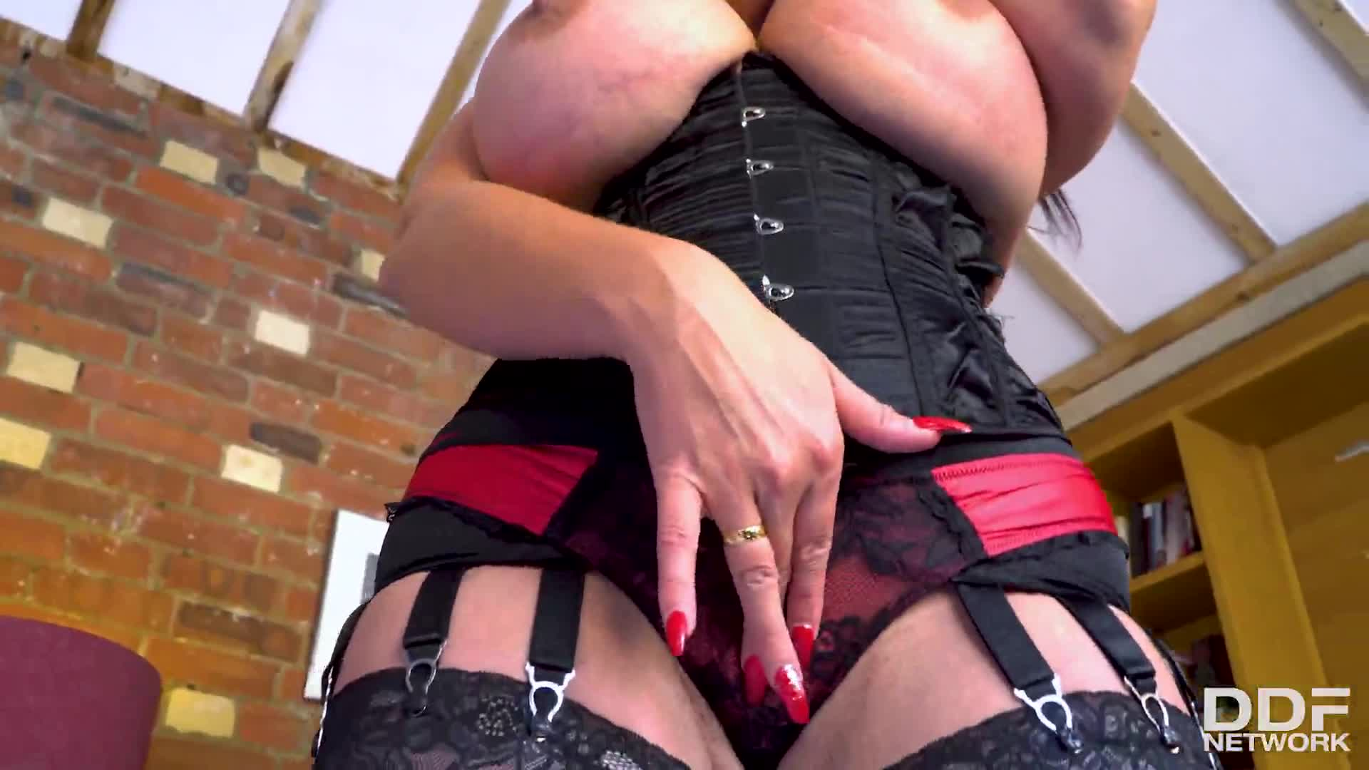 590-Exclusive – Body Show With British MILF